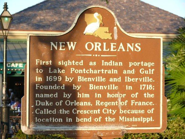 Placa informativa sobre los orígenes de Nueva Orleans
