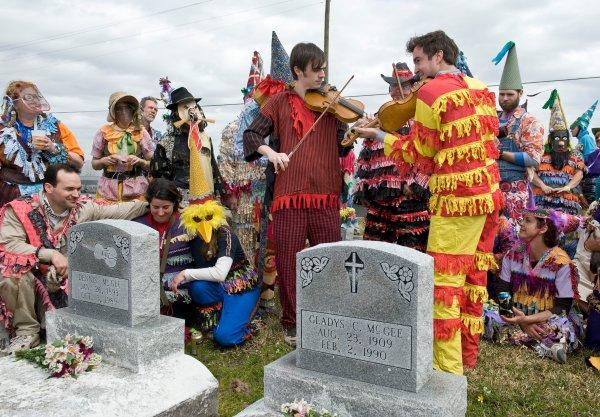 Los violinistas Chris Stafford y Joel Savoy tocan junto a la tumba de Dennis McGee durante el Faquetigue Mardi Gras Courir en Eunice (2009). Foto: David Simpson
