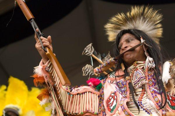 Uno de los personajes que forman parte de una tribu de indios de Mardi Gras. Foto: Derek Bridges