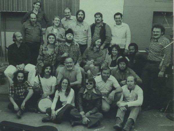 En la tercera fila, Dr. John (camisa de cuadros y gorro), con Doug Sahm a su izquierda, junto a Bob Dylan. Foto: David Gahr