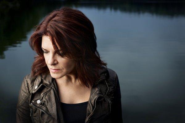 Rosanne Cash, ante el Mississippi. Foto: Clay Patrick McBride