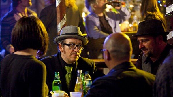 Elvis Costello, interpretándose a sí mismo en el primer episodio de la serie