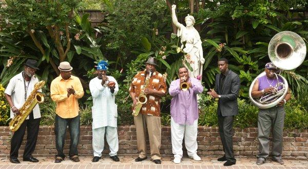 The Dirty Dozen Brass Band aportó su visión sobre la tragedia recreando el