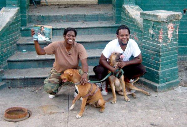 Kim Rivers Roberts y Scott Roberts ante su casa dañada en Nueva Orleans, protagonistas del documental