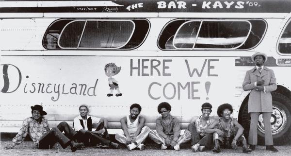 The Bar-Kays de gira en 1969, en la imagen de la contraportada del libro