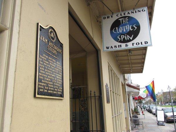 El antiguo local del estudio J&M en el 838-840 de Rampart Street, actualmente una lavandería, con la placa conmemorativa que lo recuerda