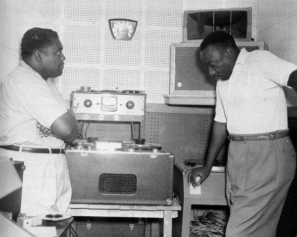 Fats Domino (izquierda) y  Dave Bartholomew (derecha) en 1956, escuchando una grabación en el estudio de Matassa