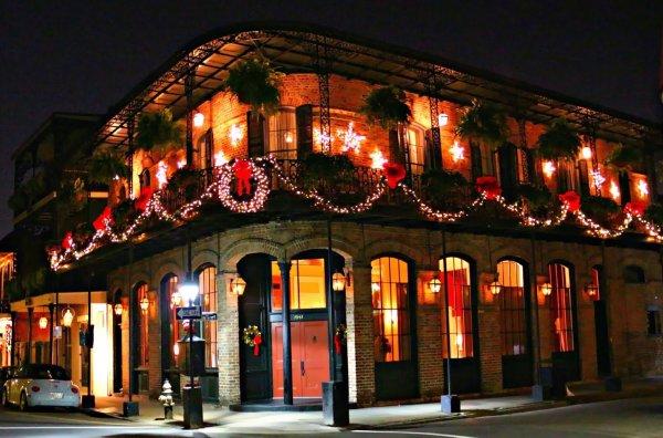 En Navidad las casas y establecimientos del Barrio Francés de Nueva Orleans se adornan con luces y guirnaldas
