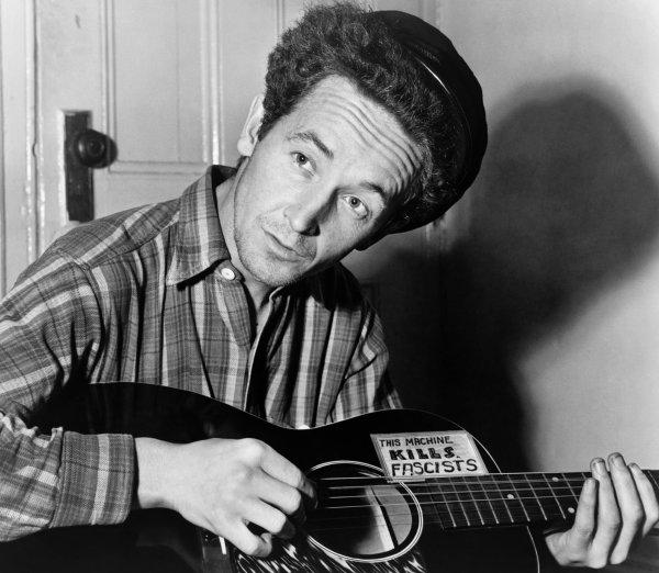 Woody Guthrie en 1943, con su guitarra
