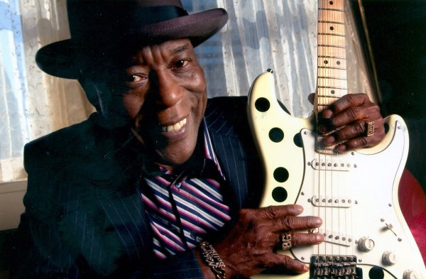 Buddy Guy, cantando a los