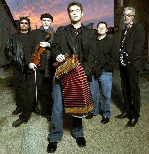 Steve Riley (en el centro, con el acordeón), rodeado de The Mamou Playboys