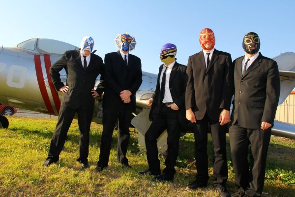 Los Straitjackets, los luchadores enmascarados del rock'n'roll en español, producidos por César Rosas