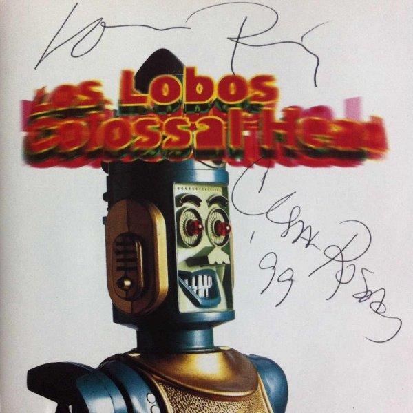 """Las rúbricas de Louie Pérez y César Rosas, en la portada de """"Colossal Head"""""""