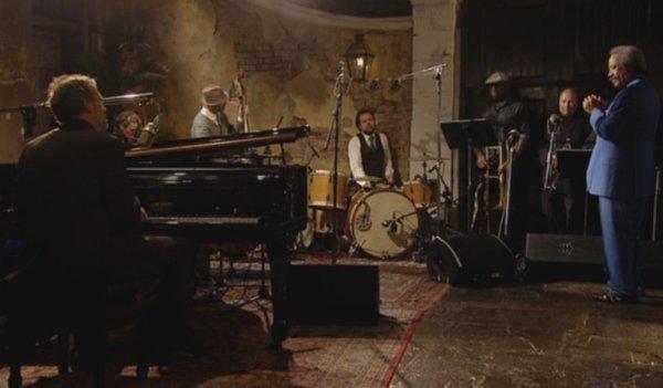 Hugh Laurie con Allen Toussaint, en una escena del documental