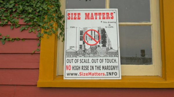 Un cartel contra la construccción de grandes edificios en el barrio de The Marigny