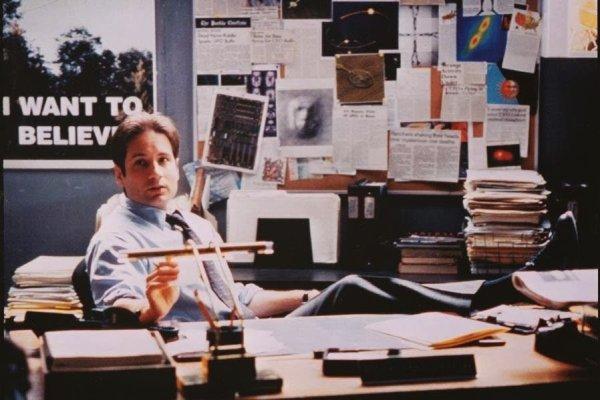 El agente Fox Mulder en su despacho