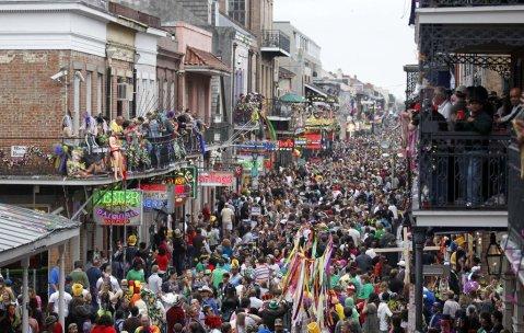 Una calle de Nueva Orleans durante el Mardi Gras
