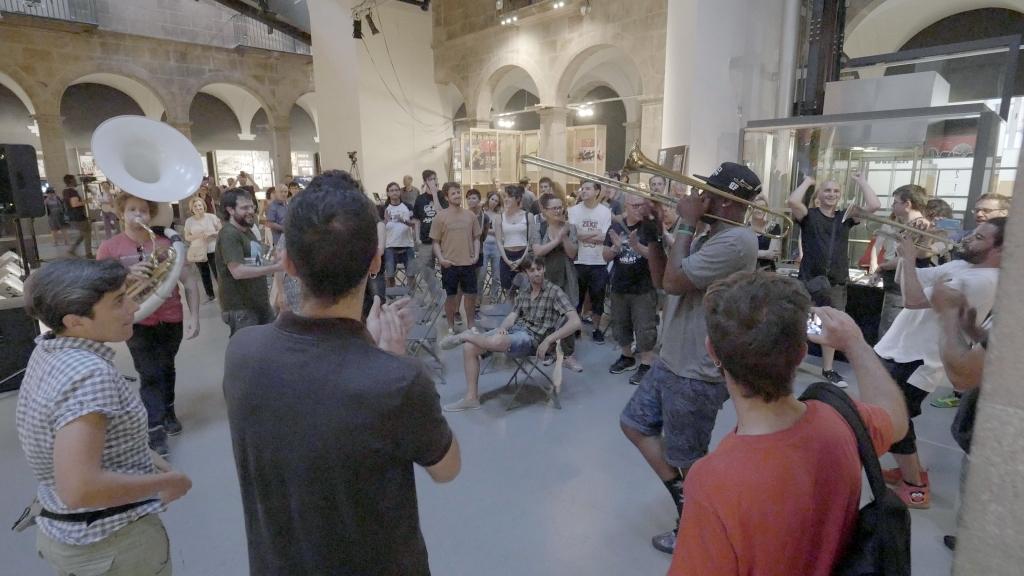 Al final de la charla, el grupo bajó del escenario a tocar entre el público. Foto: Daniel Gómez